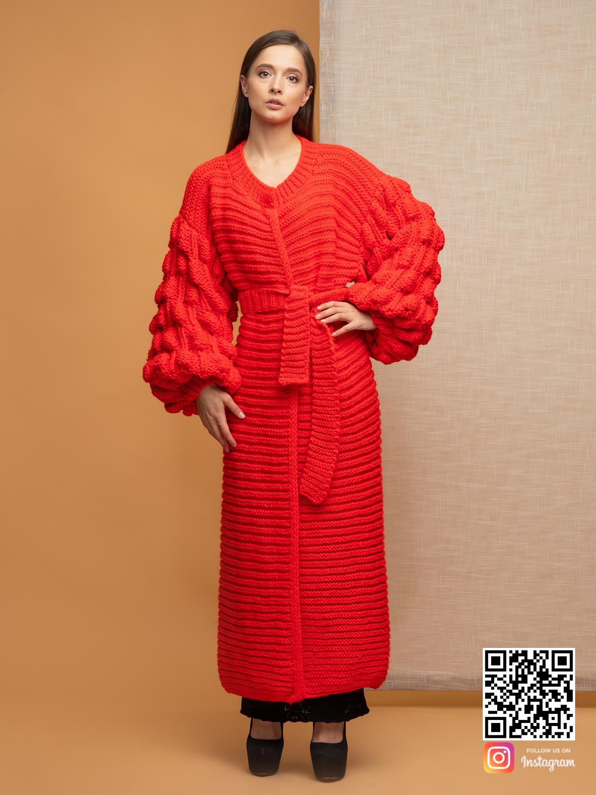 На пятой фотографии кардиган красного цвета крупной вязки для женщин от Shapar, бренда вязаной одежды ручной работы в интернет-магазине связанных спицами вещей.