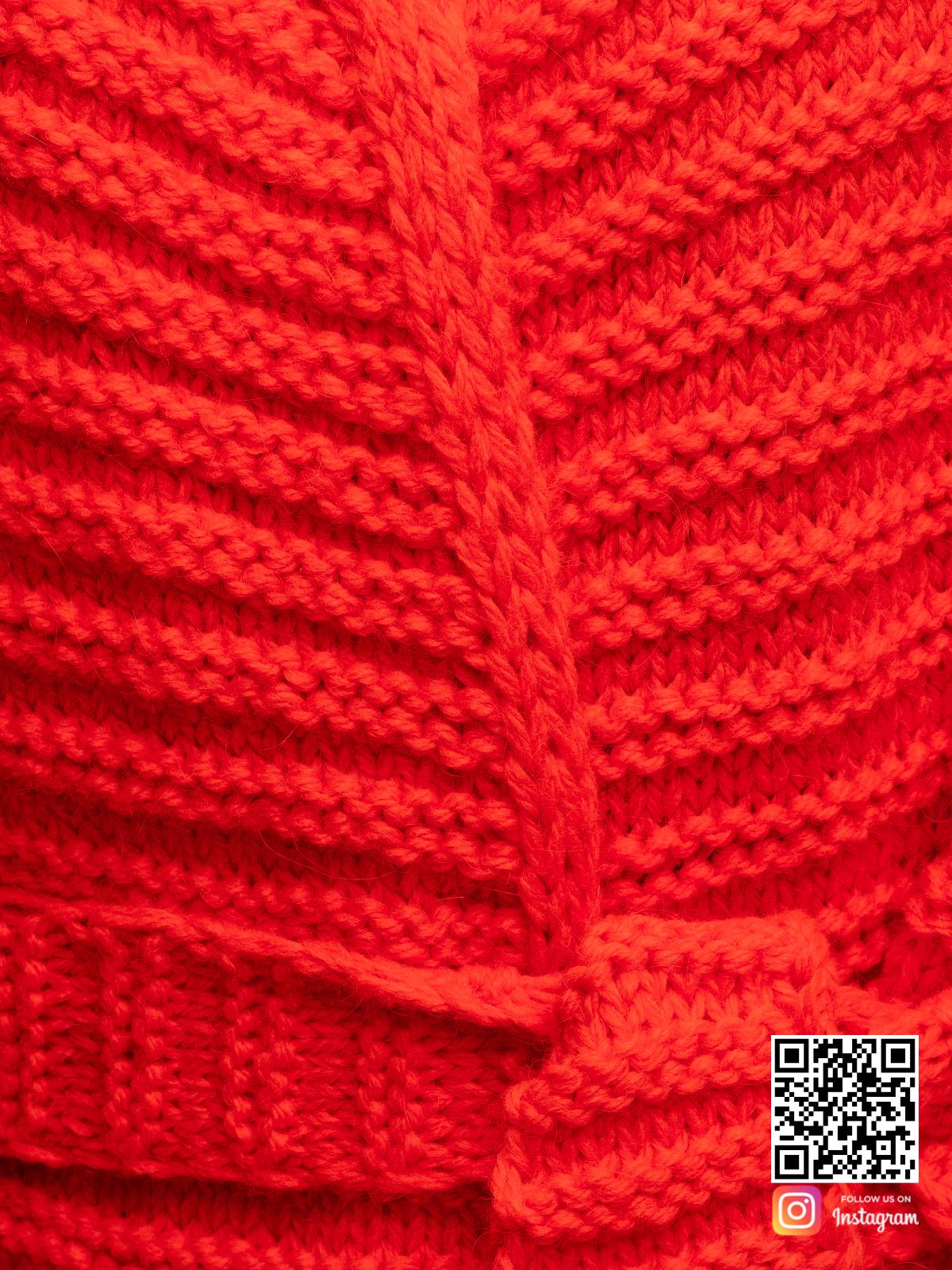 На четвертой фотографии красный кардиган крупным планом от Shapar, бренда вязаной одежды ручной работы в интернет-магазине связанных спицами вещей.