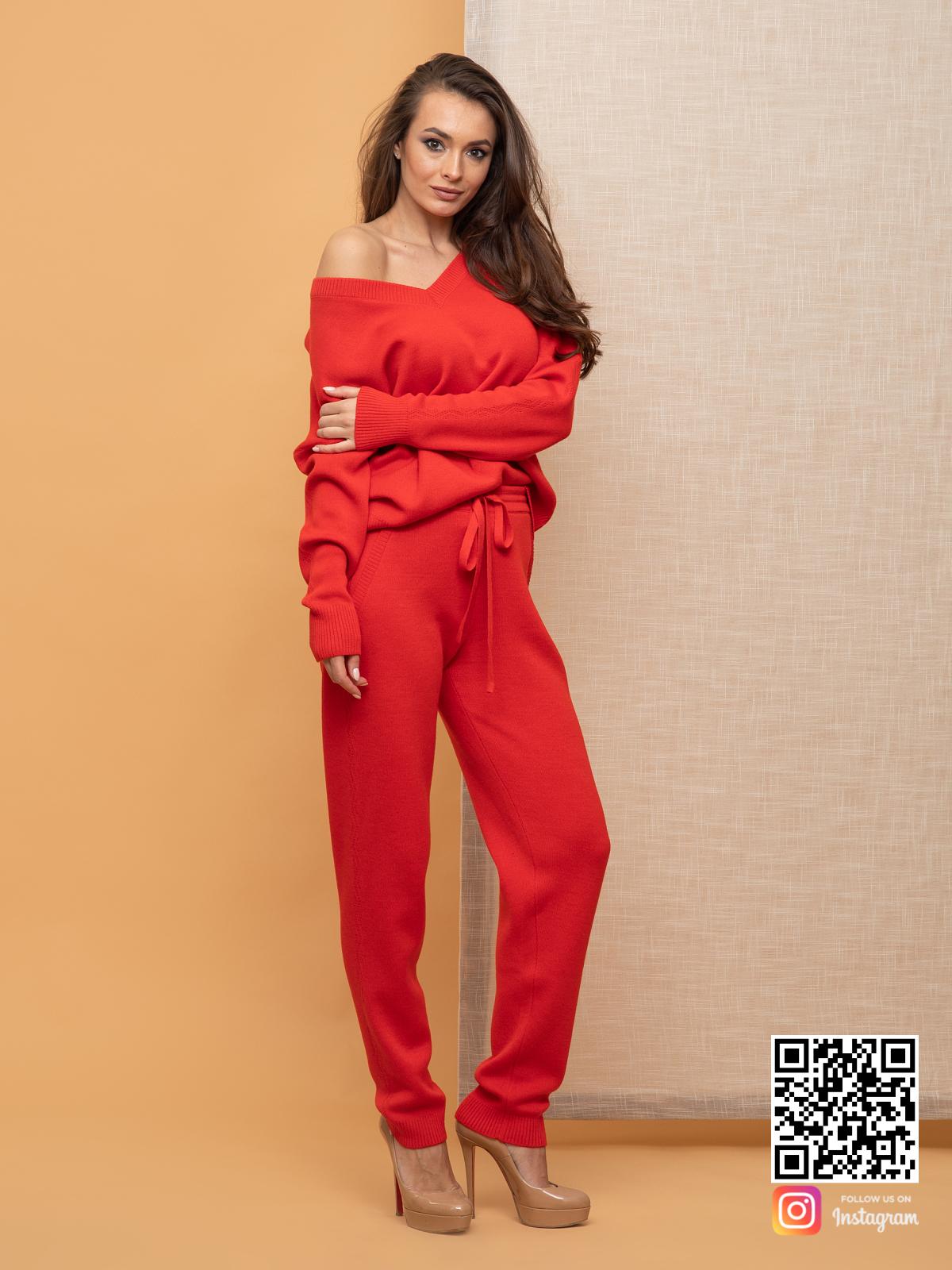 На седьмой фотографии стильный спортивный костюм женский красного цвета от Shapar, бренда вязаной одежды ручной работы в интернет-магазине связанных спицами вещей.