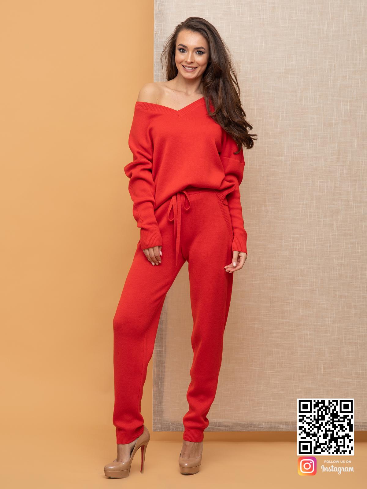 На четвертой фотографии красный спортивный костюм женский с V вырезом от Shapar, бренда вязаной одежды ручной работы в интернет-магазине связанных спицами вещей.