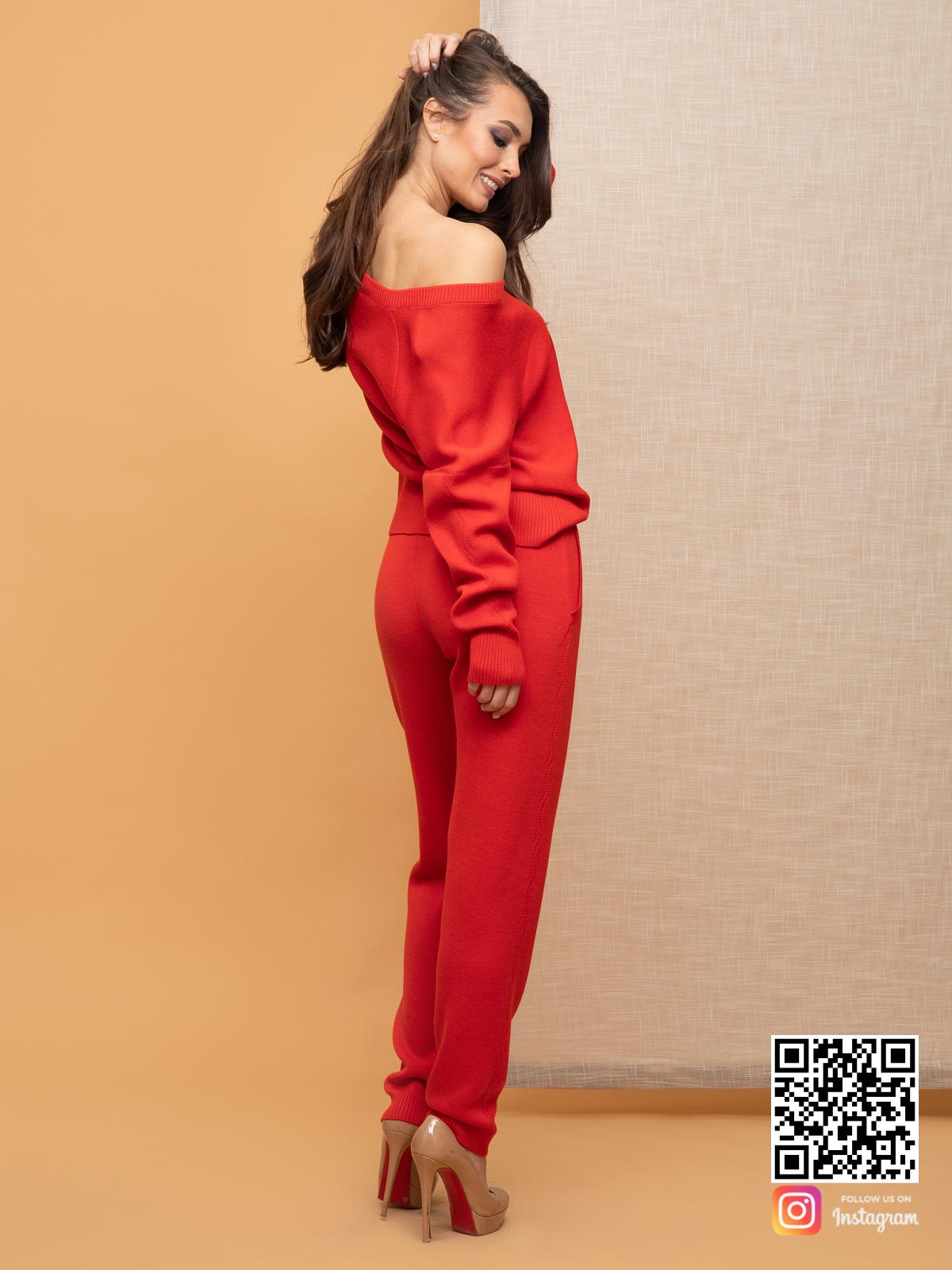 На пятой фотографии спортивный костюм женский красного цвета от Shapar, бренда вязаной одежды ручной работы в интернет-магазине связанных спицами вещей.