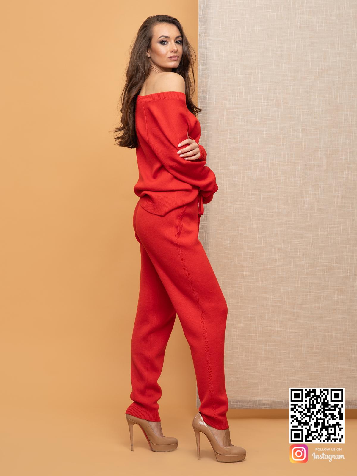 На второй фотографии красный спортивный костюм женский на одно плечо от Shapar, бренда вязаной одежды ручной работы в интернет-магазине связанных спицами вещей.