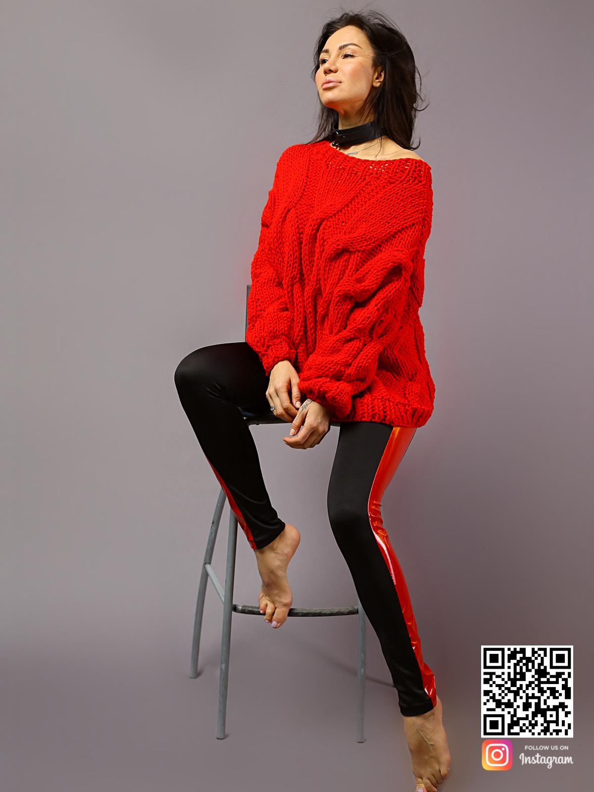 На седьмой фотографии современный красный свитер с косами для модниц от Shapar, бренда вязаной одежды ручной работы в интернет-магазине связанных спицами вещей.