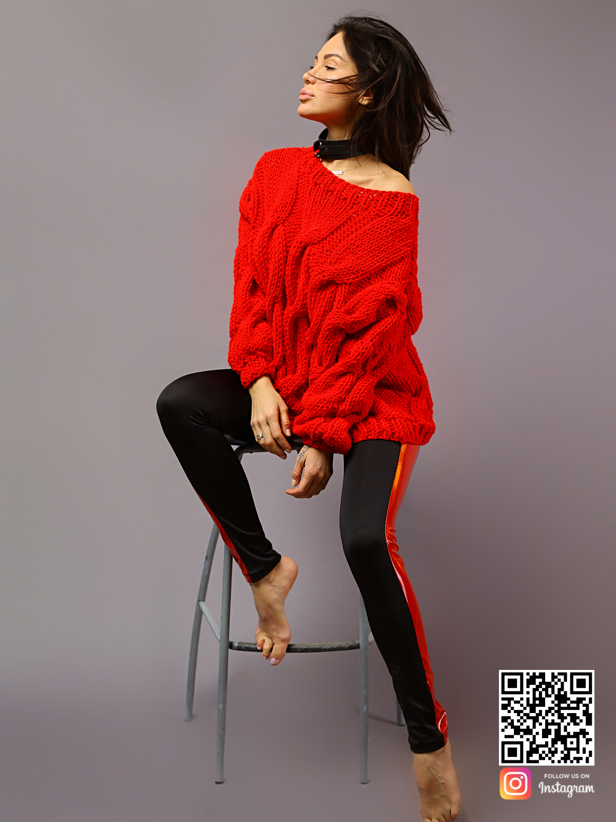 На шестой фотографии женский свитер с косами красного цвета от Shapar, бренда вязаной одежды ручной работы в интернет-магазине связанных спицами вещей.