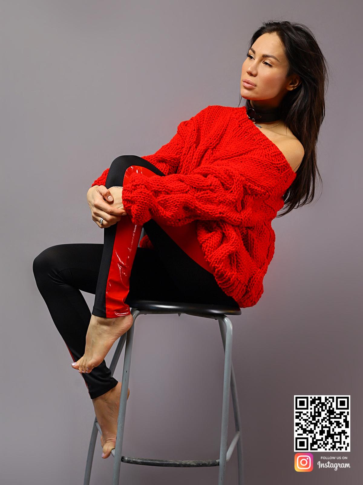 На третьей фотографии женский красный свитер с косами на одно плечо от Shapar, бренда вязаной одежды ручной работы в интернет-магазине связанных спицами вещей.