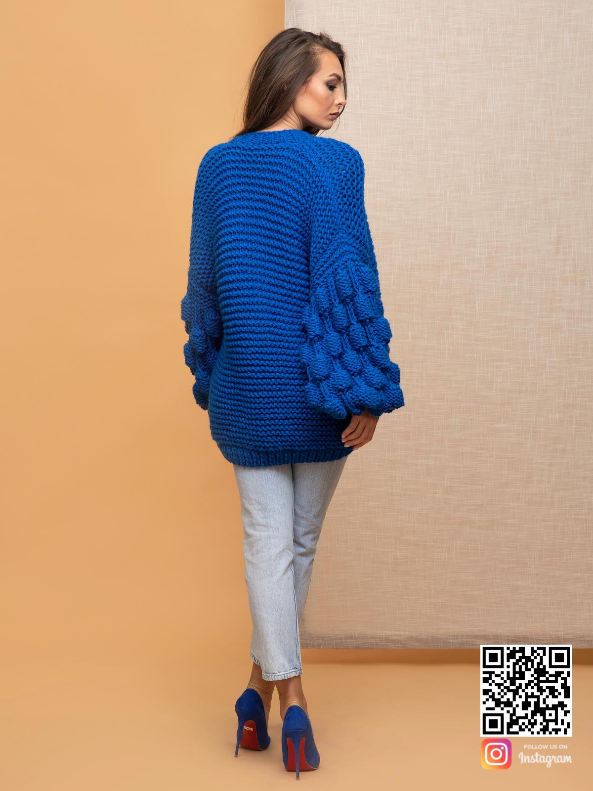 На третьей фотографии женский летний кардиган спицами со спины от Shapar, бренда вязаной одежды ручной работы в интернет-магазине связанных спицами вещей.