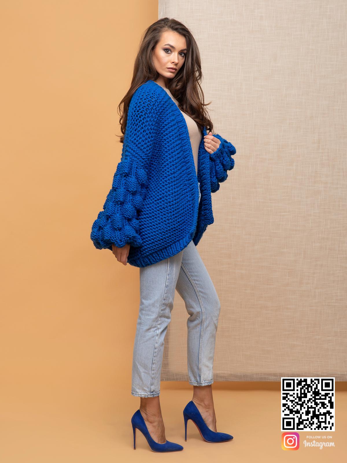 На второй фотографии женский летний кардиган спицами синего цвета от Shapar, бренда вязаной одежды ручной работы в интернет-магазине связанных спицами вещей.