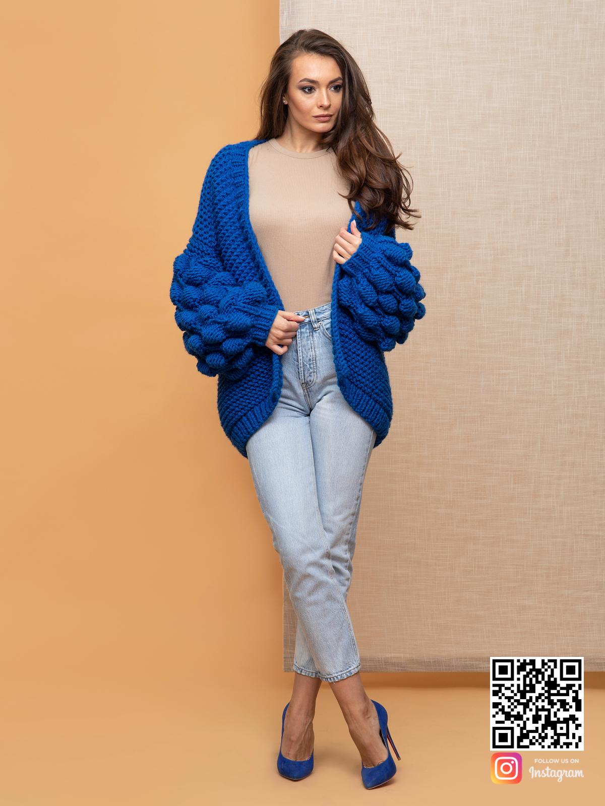 На шестой фотографии синий летний кардиган спицами для девушек и женщин от Shapar, бренда вязаной одежды ручной работы в интернет-магазине связанных спицами вещей.