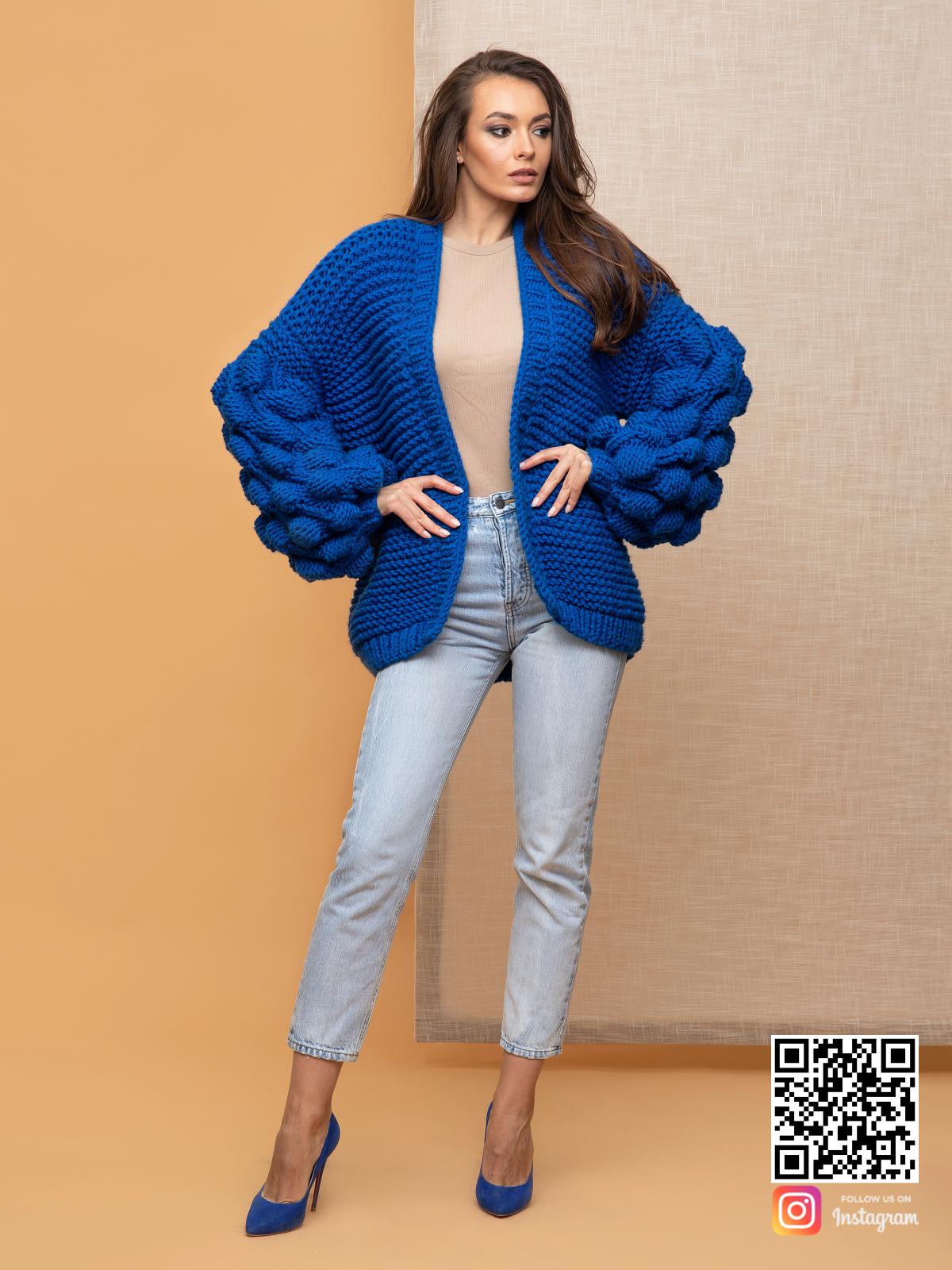 На четвертой фотографии женский летний кардиган спицами с объемными рукавами от Shapar, бренда вязаной одежды ручной работы в интернет-магазине связанных спицами вещей.