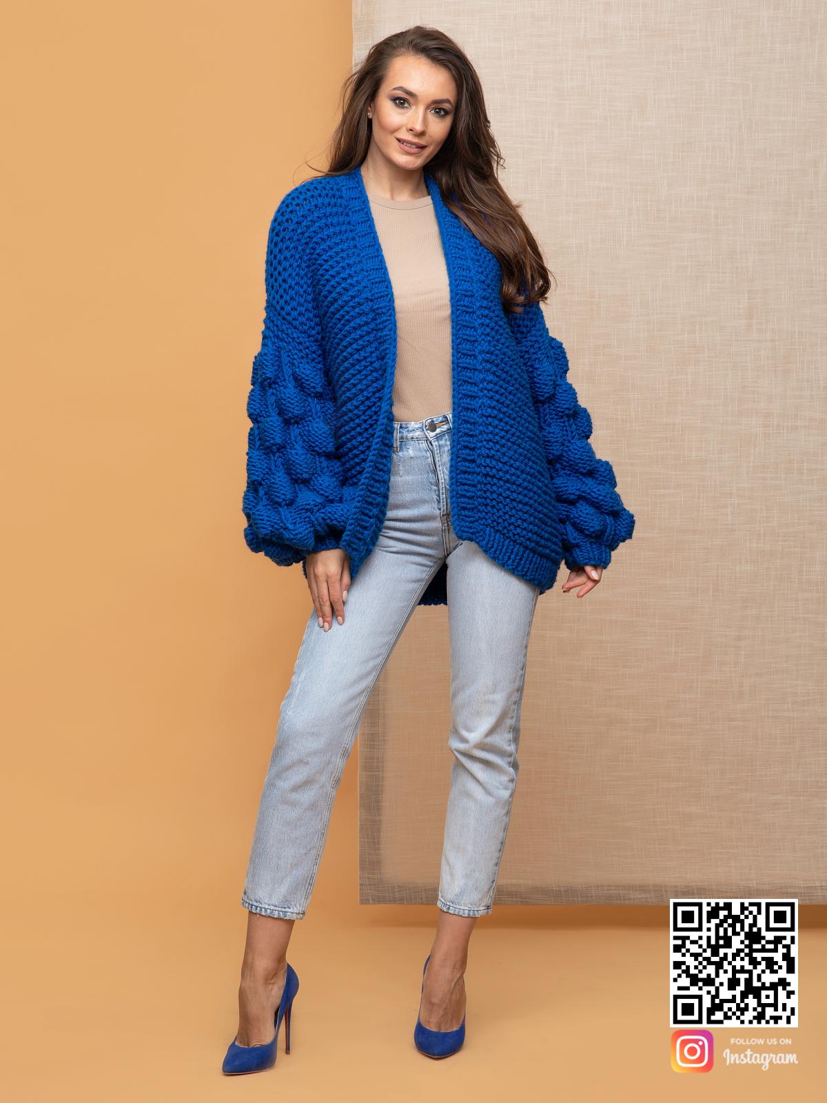 На фотографии женский летний кардиган спицами от Shapar, бренда вязаной одежды ручной работы в интернет-магазине связанных спицами вещей.