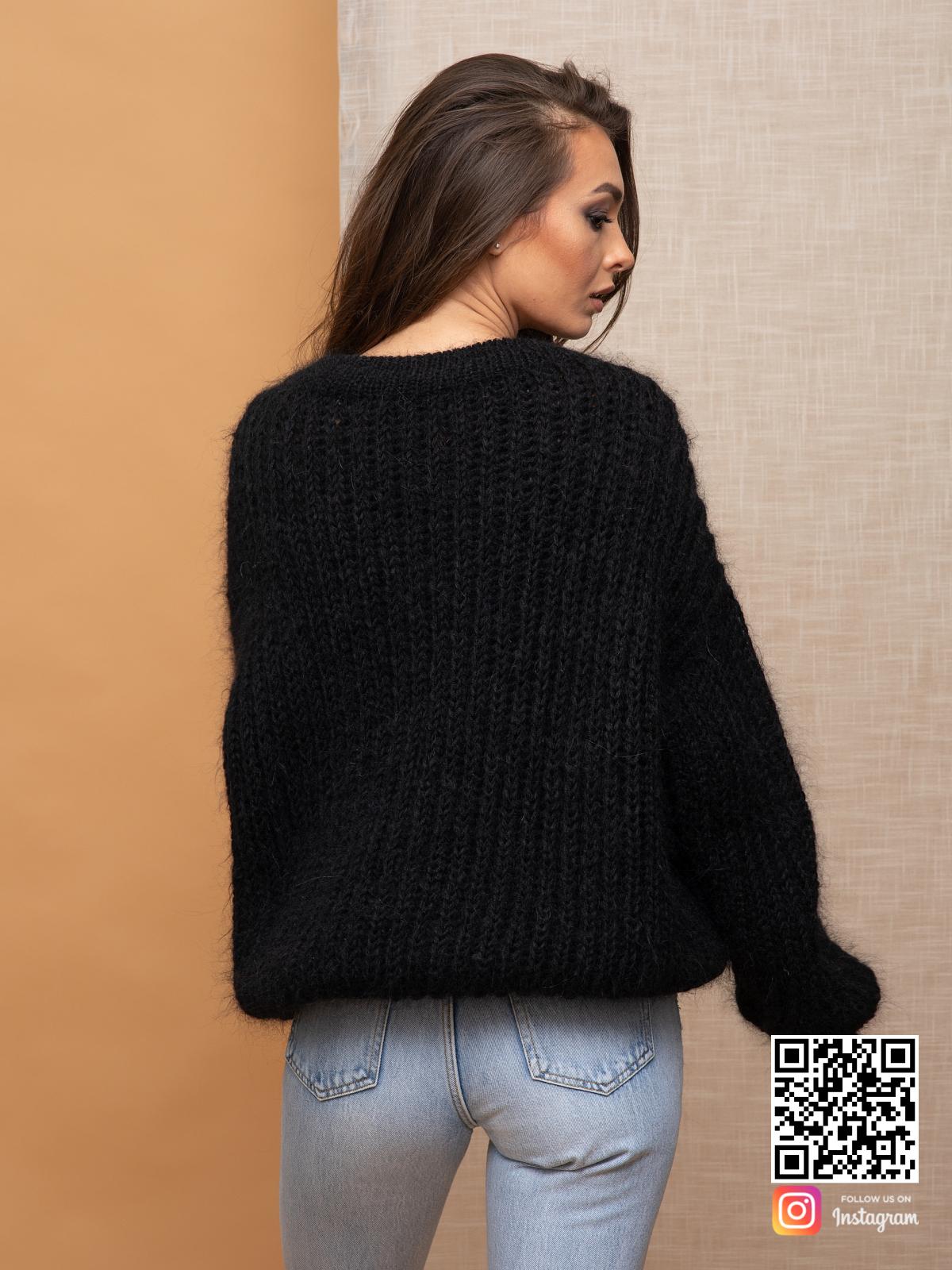 На седьмой фотографии элегантный теплый джемпер из мохера от Shapar, бренда вязаной одежды ручной работы в интернет-магазине связанных спицами вещей.
