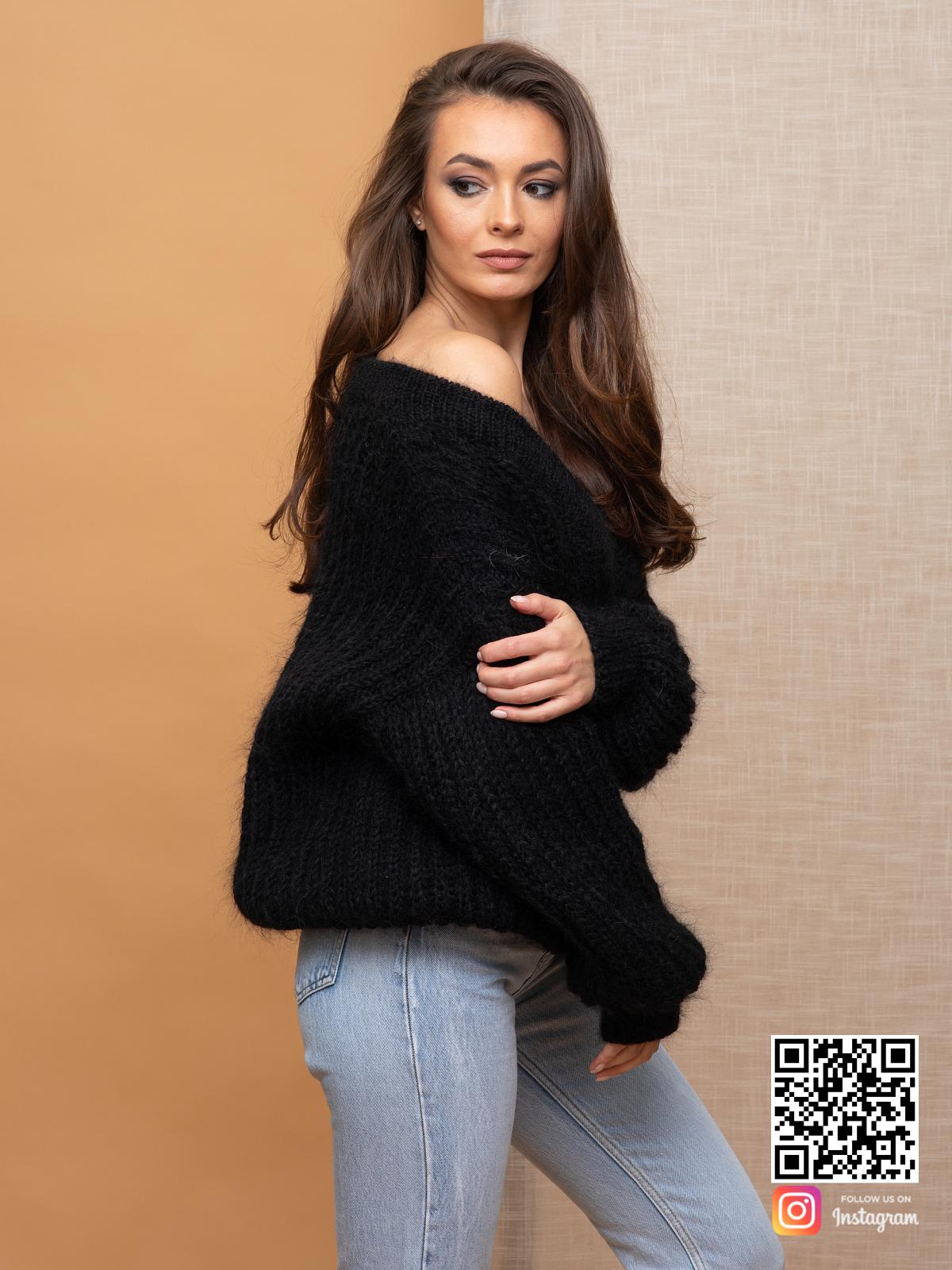 На третьей фотографии женский мохеровый джемпер на одно плечо от Shapar, бренда вязаной одежды ручной работы в интернет-магазине связанных спицами вещей.
