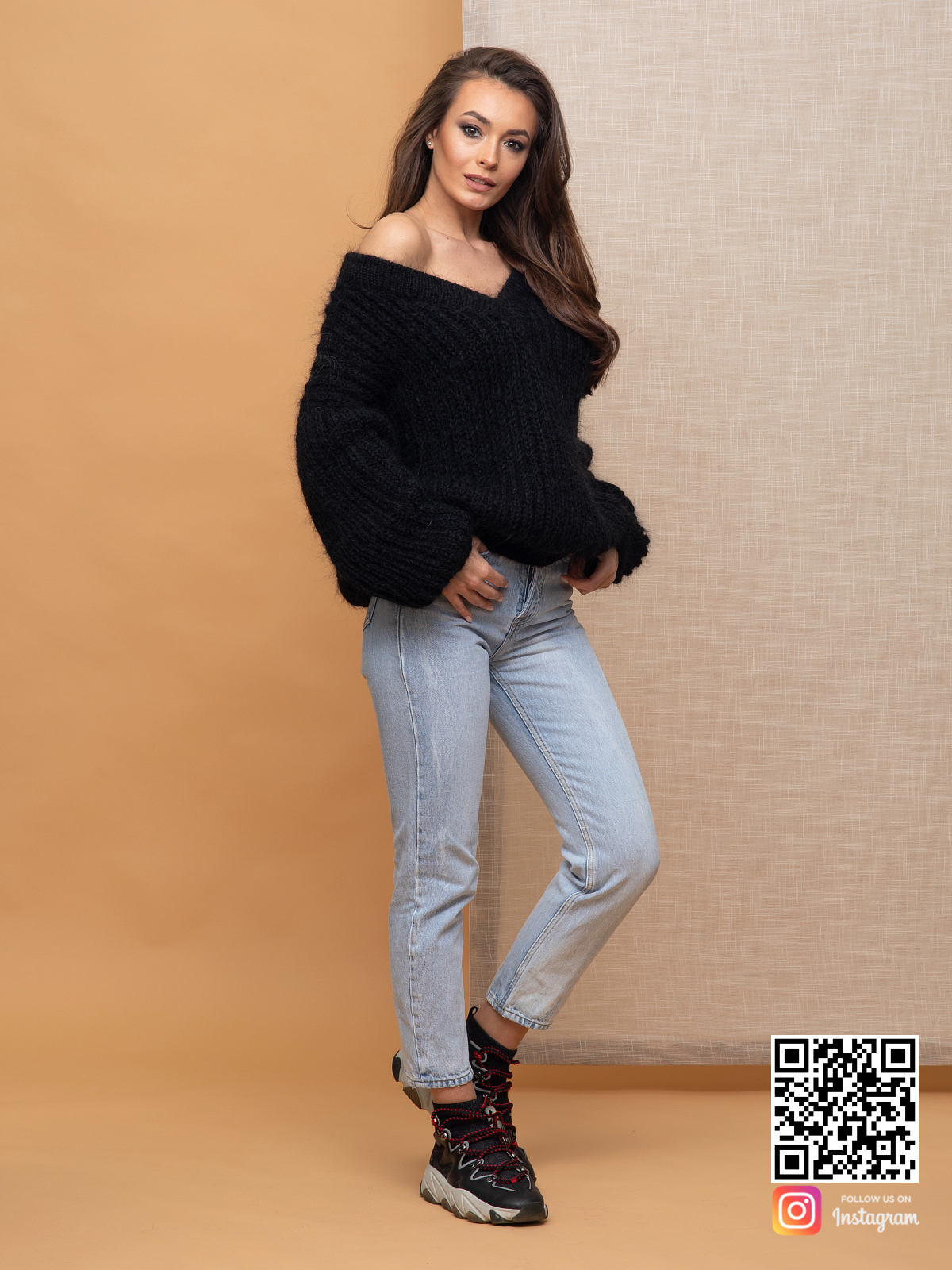 На четвертой фотографии женский мохеровый джемпер черного цвета от Shapar, бренда вязаной одежды ручной работы в интернет-магазине связанных спицами вещей.