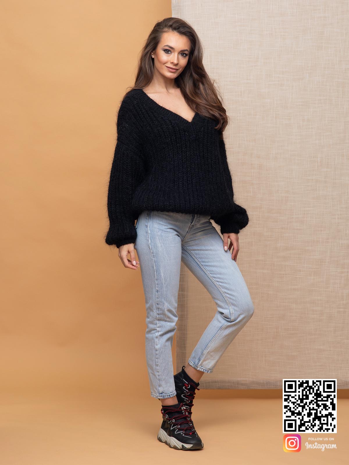 На шестой фотографии объемный мохеровый джемпер для девушек и женщин от Shapar, бренда вязаной одежды ручной работы в интернет-магазине связанных спицами вещей.