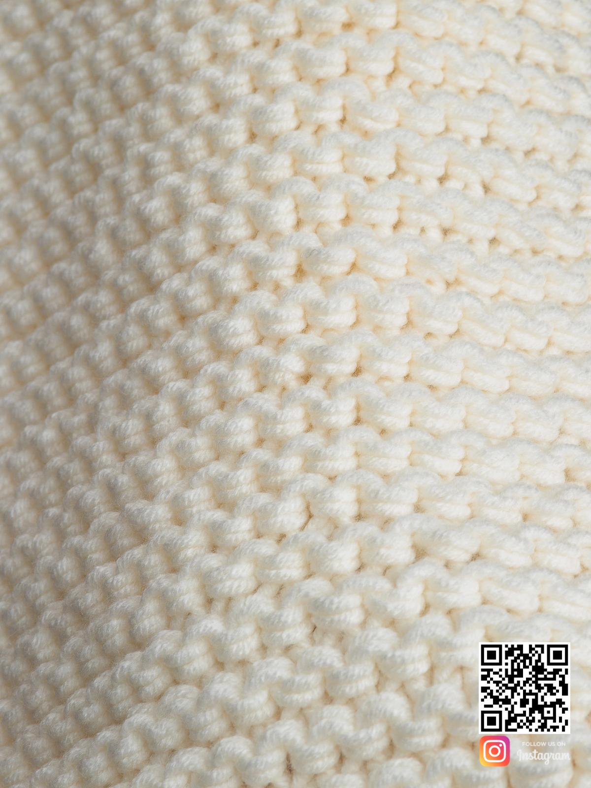 На пятой фотографии объемный молочный шарф крупным планом от Shapar, бренда вязаной одежды ручной работы в интернет-магазине связанных спицами вещей.