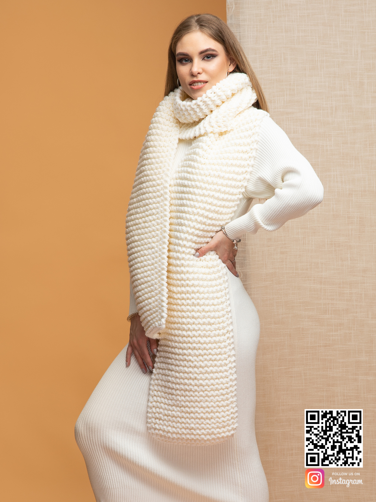 На четвертой фотографии длинный молочный шарф от Shapar, бренда вязаной одежды ручной работы в интернет-магазине связанных спицами вещей.