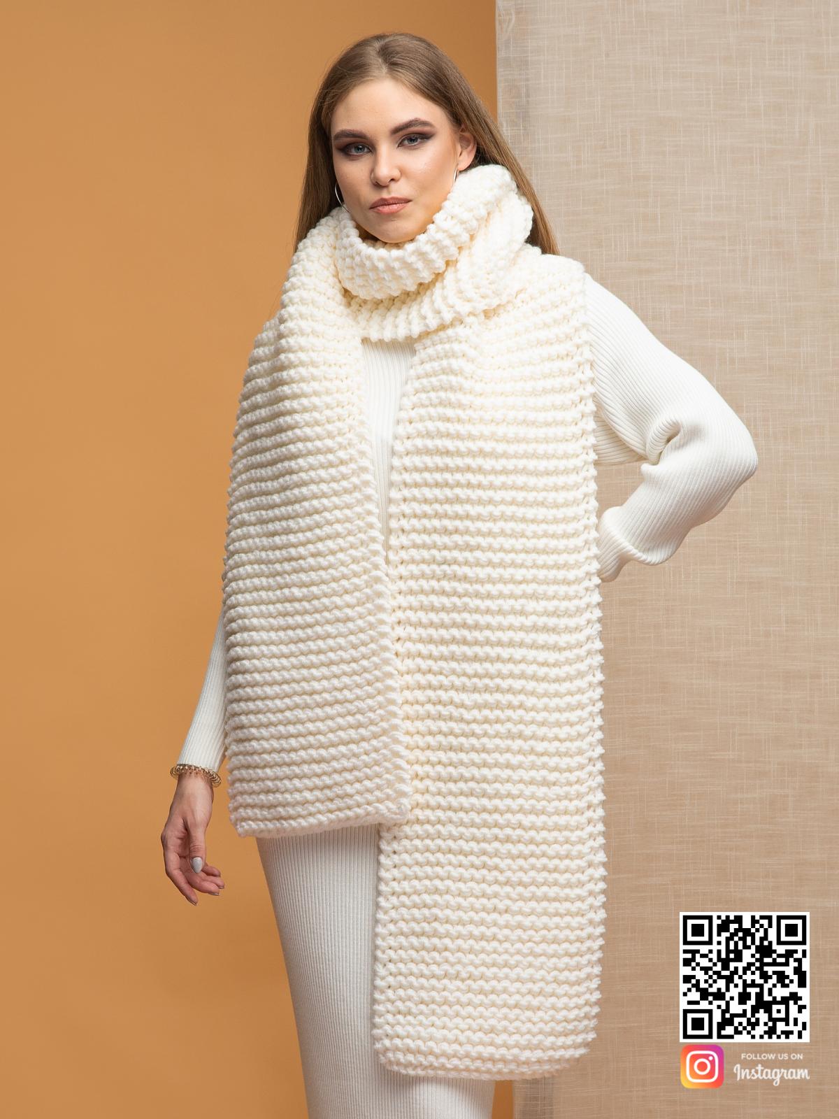 На второй фотографии шарф молочного цвета для девушек и женщин от Shapar, бренда вязаной одежды ручной работы в интернет-магазине связанных спицами вещей.