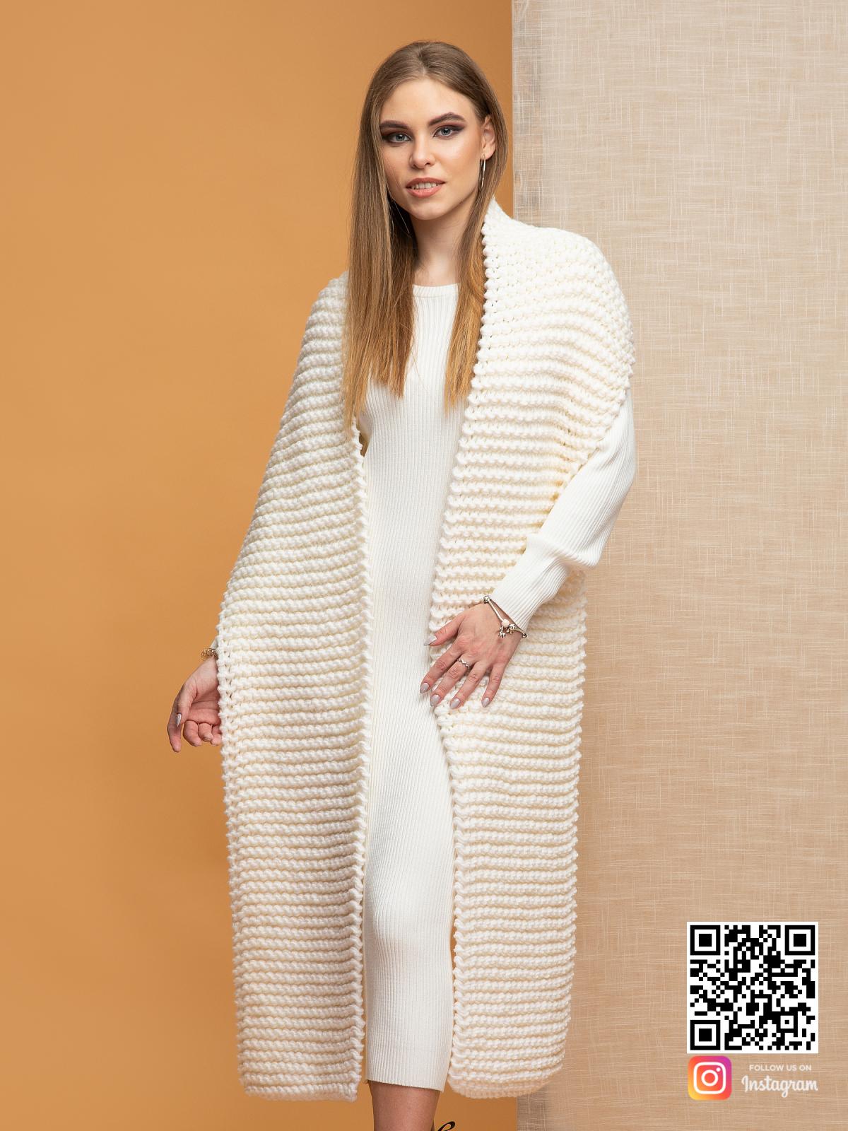 На третьей фотографии женский молочный шарф крупной вязки от Shapar, бренда вязаной одежды ручной работы в интернет-магазине связанных спицами вещей.