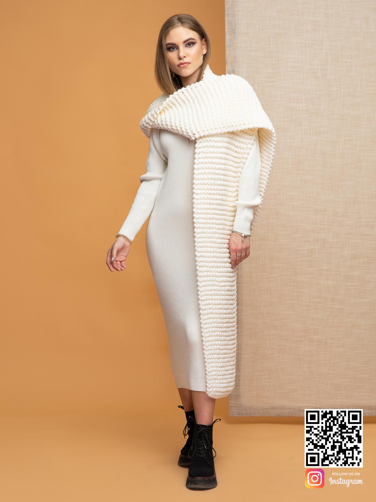 На фотографии женский молочный шарф от Shapar, бренда вязаной одежды ручной работы в интернет-магазине связанных спицами вещей.