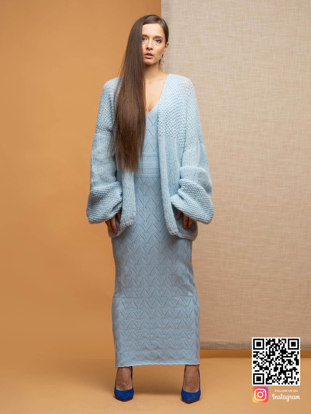 На пятой фотографии женский нежный кардиган небесно-голубого цвета от Shapar, бренда вязаной одежды ручной работы в интернет-магазине связанных спицами вещей.