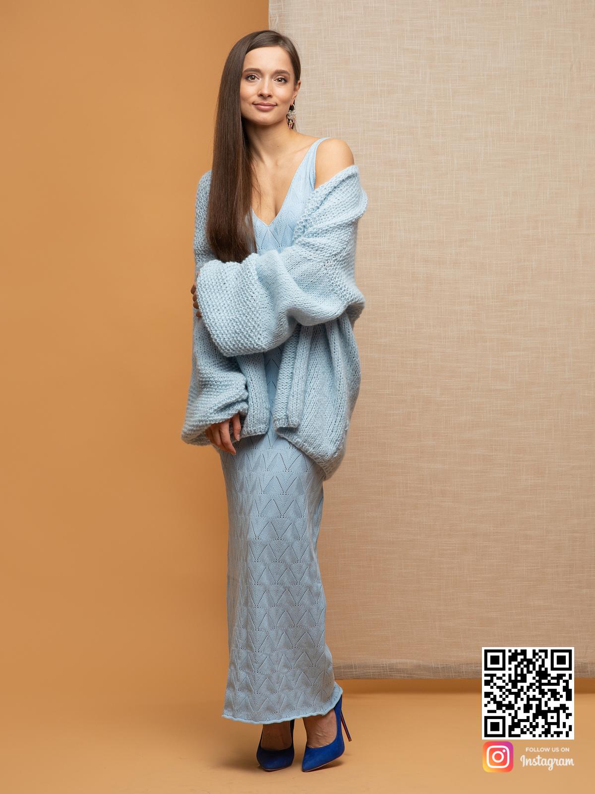 На фотографии женский нежный кардиган от Shapar, бренда вязаной одежды ручной работы в интернет-магазине связанных спицами вещей.