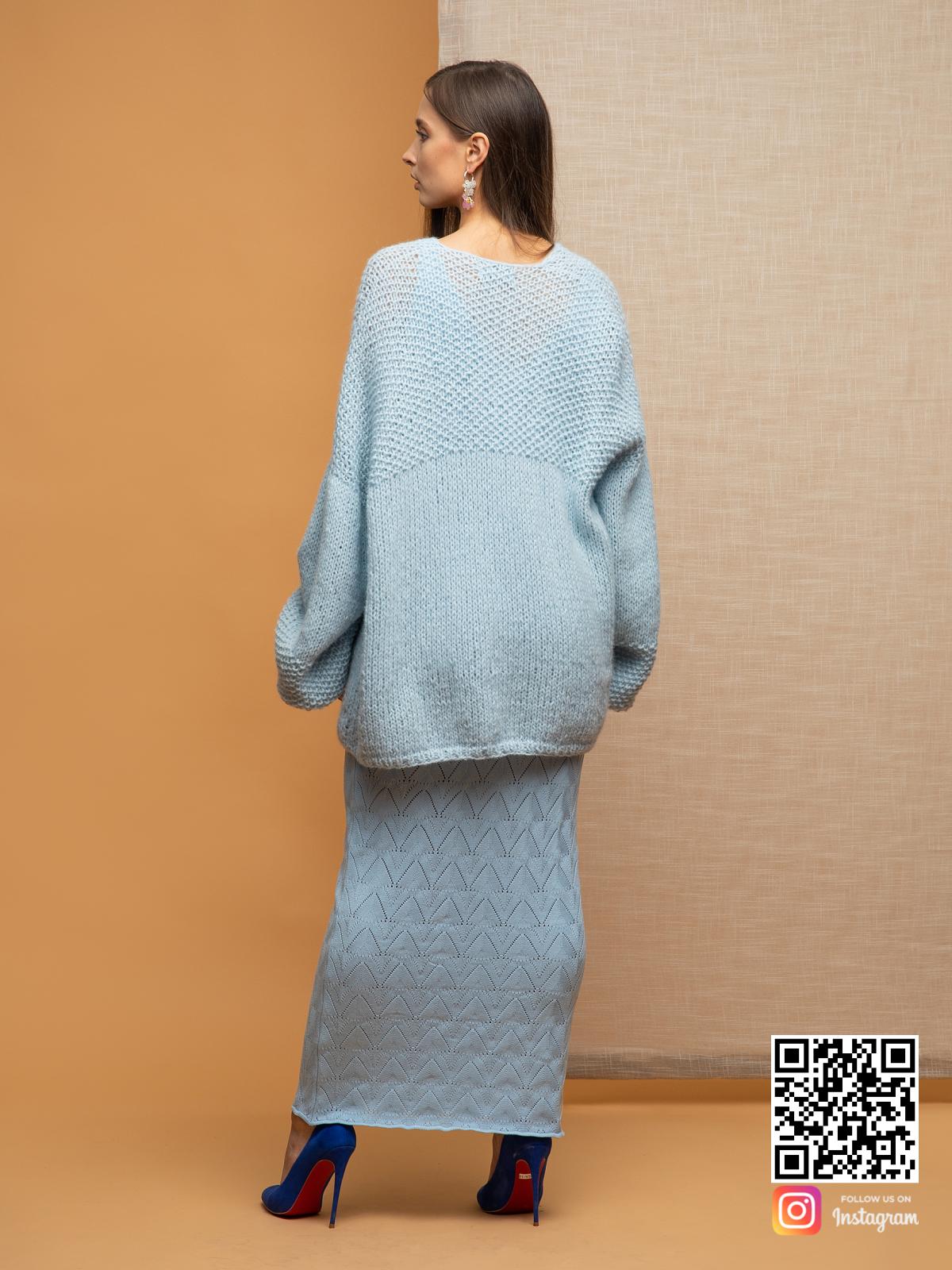 На второй фотографии женский нежный кардиган со спины от Shapar, бренда вязаной одежды ручной работы в интернет-магазине связанных спицами вещей.