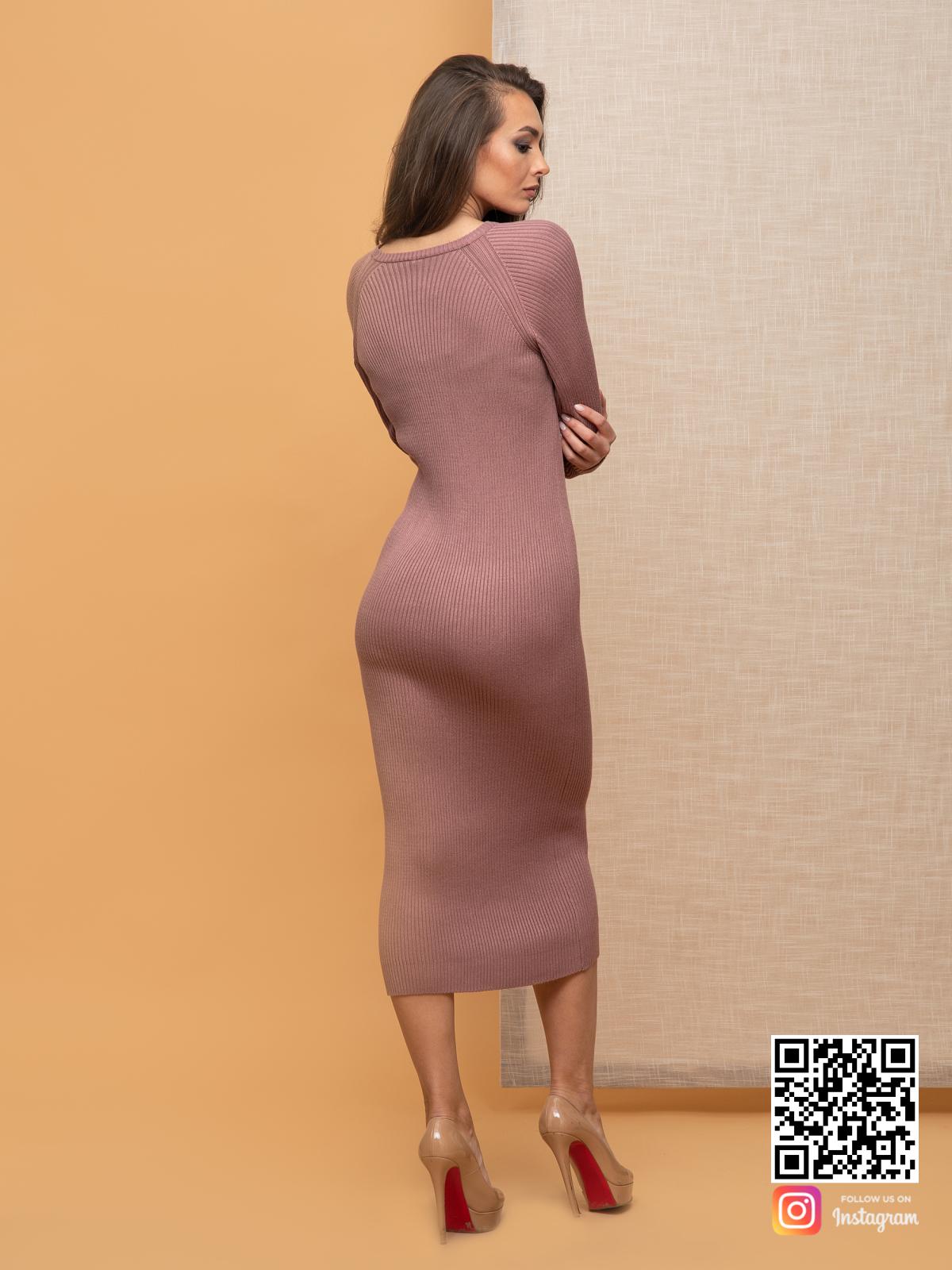 На второй фотографии пудровое вязаное платье со спины от Shapar, бренда женской одежды ручной работы в интернет-магазине связанных спицами вещей.
