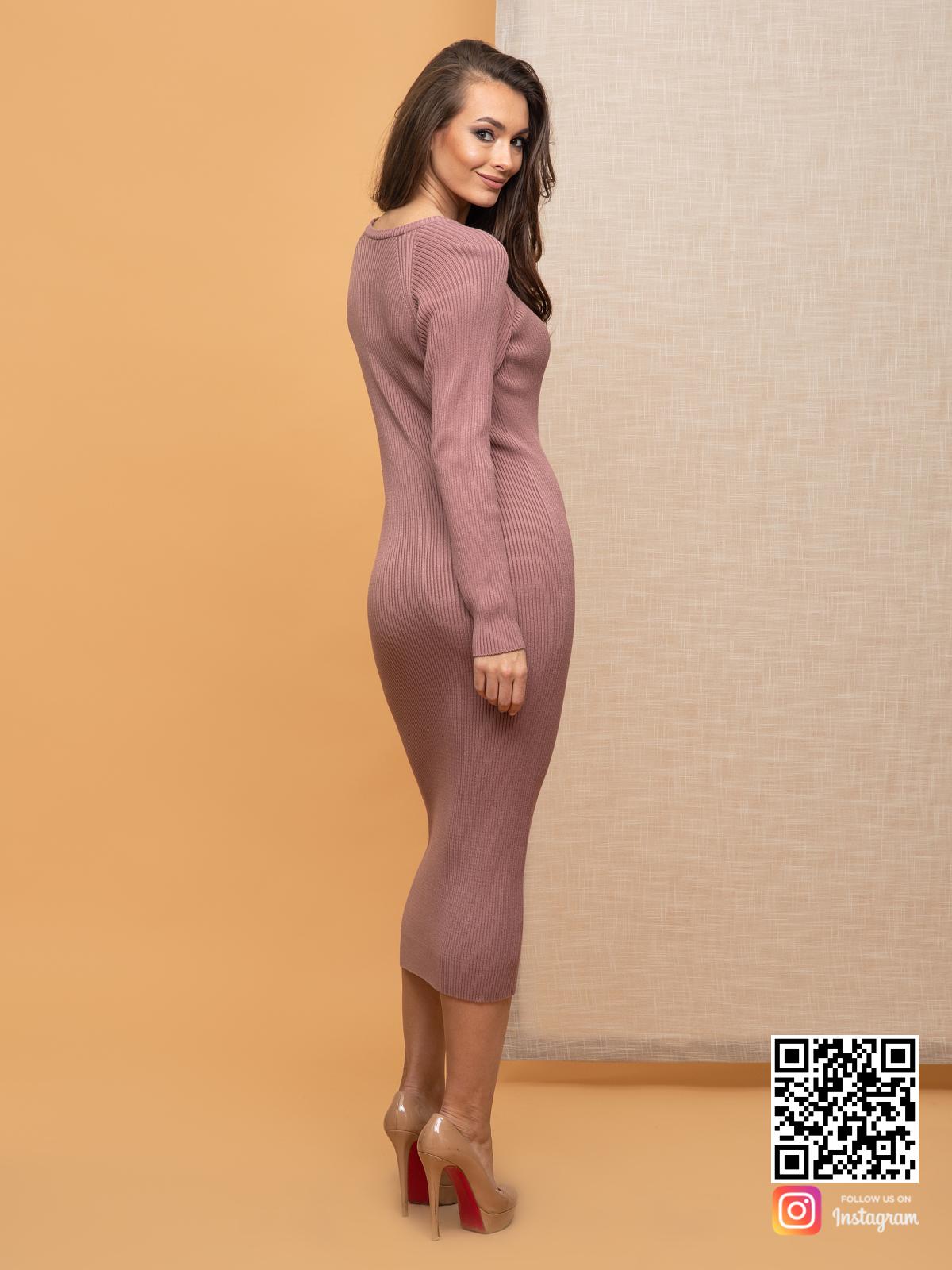 На пятой фотографии пудровое вязаное платье лапша от Shapar, бренда женской одежды ручной работы в интернет-магазине связанных спицами вещей.