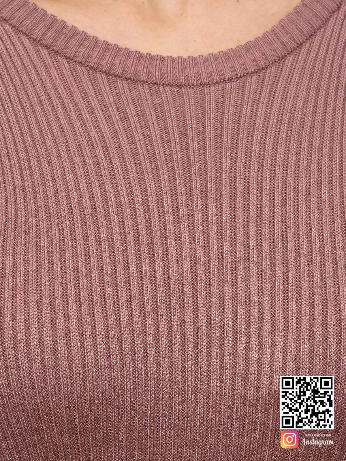 На шестой фотографии пудровое вязаное платье крупным планом от Shapar, бренда женской одежды ручной работы в интернет-магазине связанных спицами вещей.