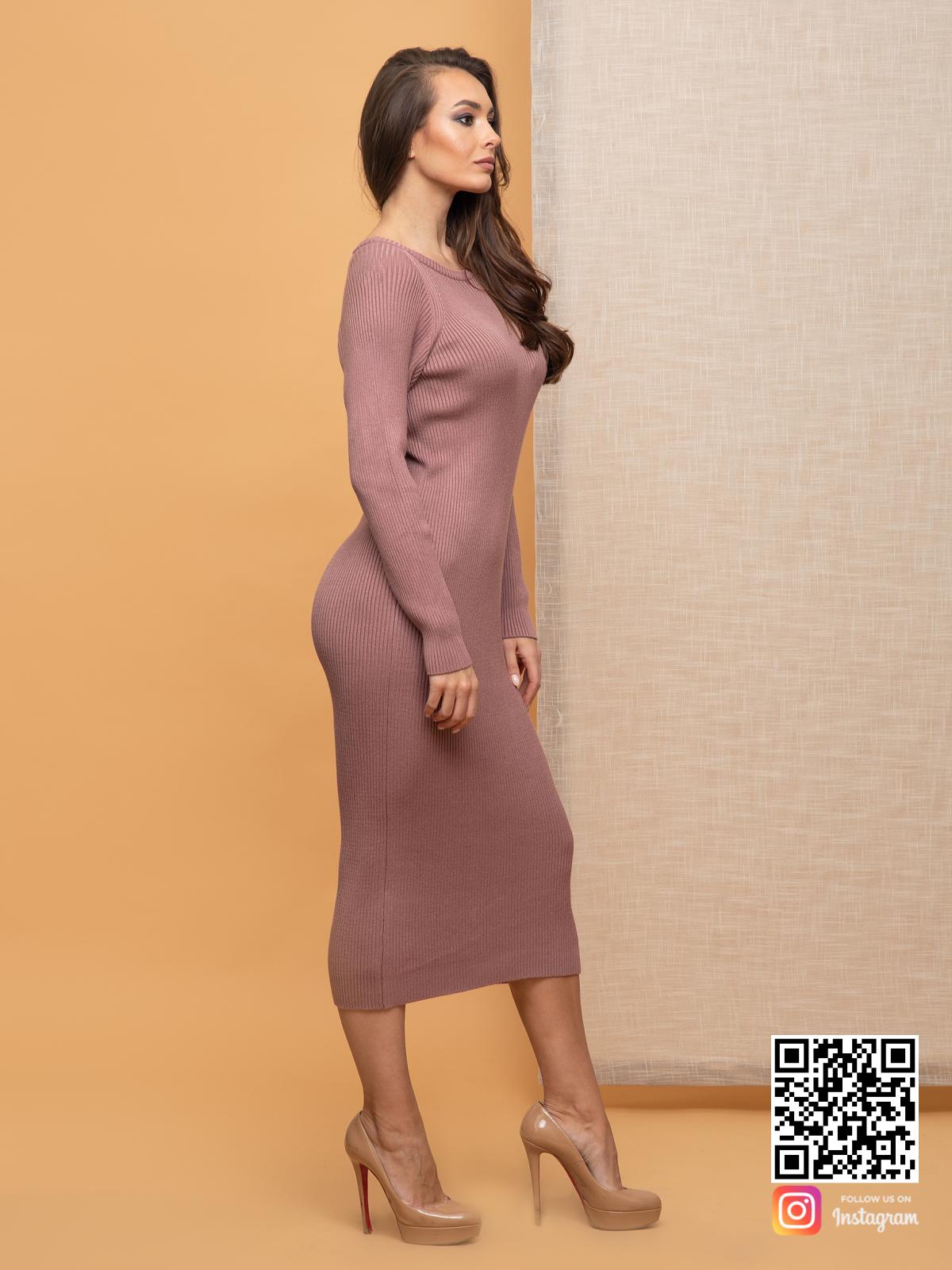 На третьей фотографии пудровое вязаное платье в длине миди от Shapar, бренда женской одежды ручной работы в интернет-магазине связанных спицами вещей.