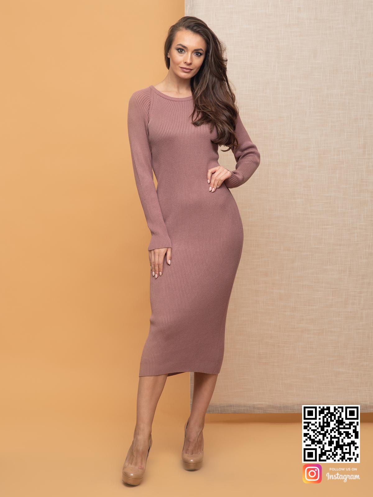 На четвертой фотографии трикотажное пудровое вязаное платье от Shapar, бренда женской одежды ручной работы в интернет-магазине связанных спицами вещей.