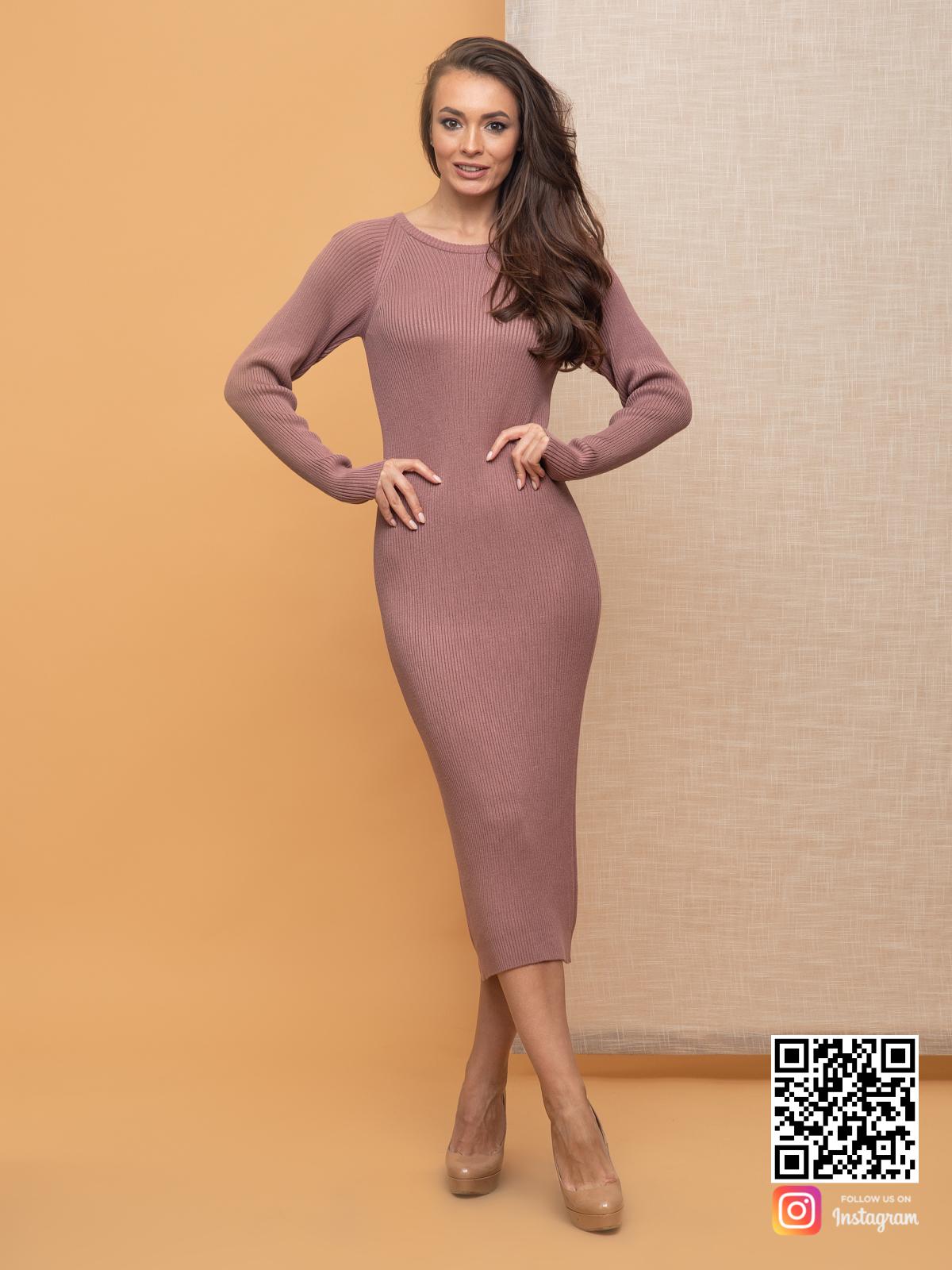На фотографии пудровое вязаное платье от Shapar, бренда женской одежды ручной работы в интернет-магазине связанных спицами вещей.