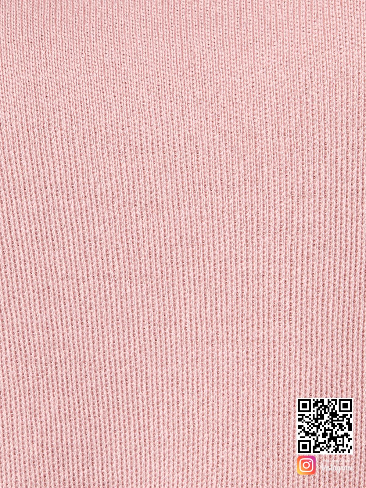 На седьмой фотографии фактура ткани женского пудрового костюма крупным планом от Shapar, бренда вязаной одежды ручной работы в интернет-магазине связанных спицами вещей.