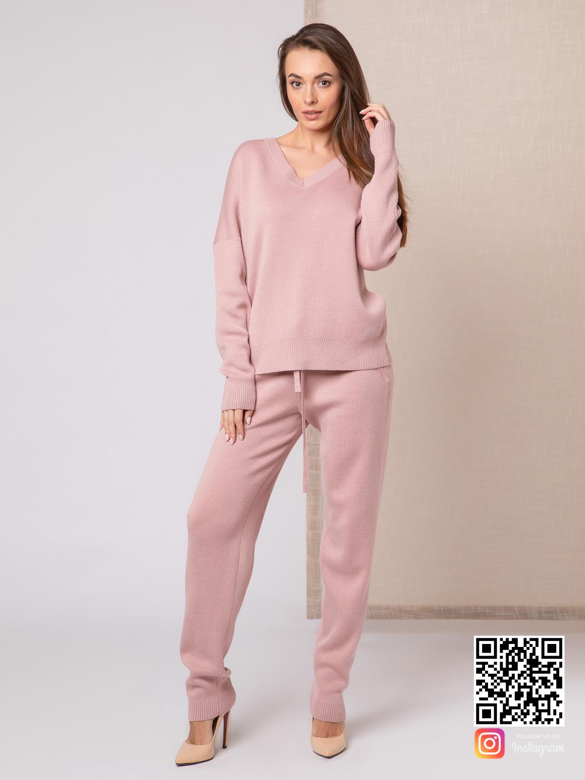 На четвертой фотографии повседневный женский пудровый костюм с завязками на брюках от Shapar, бренда вязаной одежды ручной работы в интернет-магазине связанных спицами вещей.