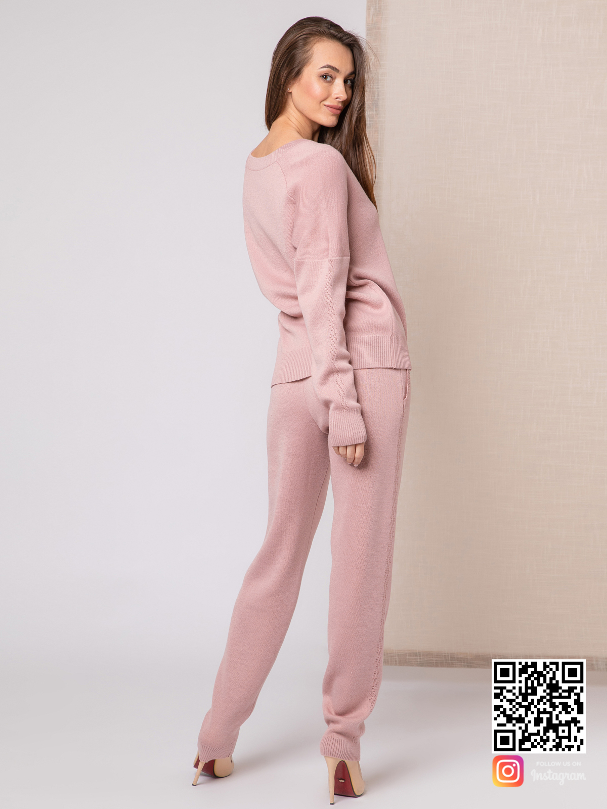 На второй фотографии женский пудровый костюм со спиныот Shapar, бренда вязаной одежды ручной работы в интернет-магазине связанных спицами вещей.
