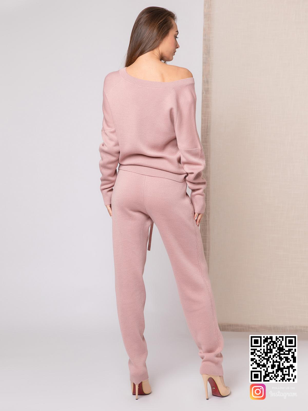 На пятой фотографии модный пудровый костюм для девушек и женщин от Shapar, бренда вязаной одежды ручной работы в интернет-магазине связанных спицами вещей.