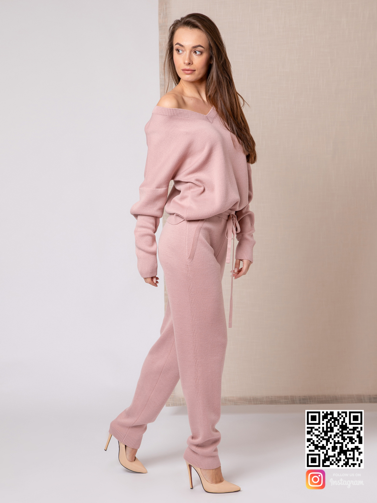 На третьей фотографии спортивный пудровый костюм женский на одно плечо от Shapar, бренда вязаной одежды ручной работы в интернет-магазине связанных спицами вещей.