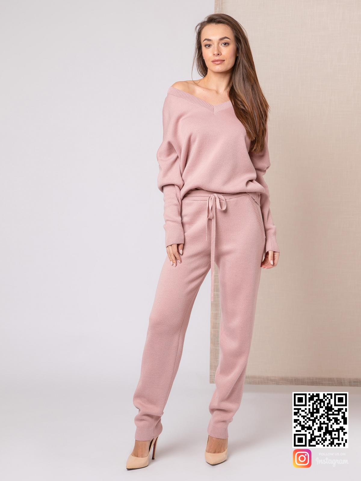 На фотографии женский пудровый костюм от Shapar, бренда вязаной одежды ручной работы в интернет-магазине связанных спицами вещей.