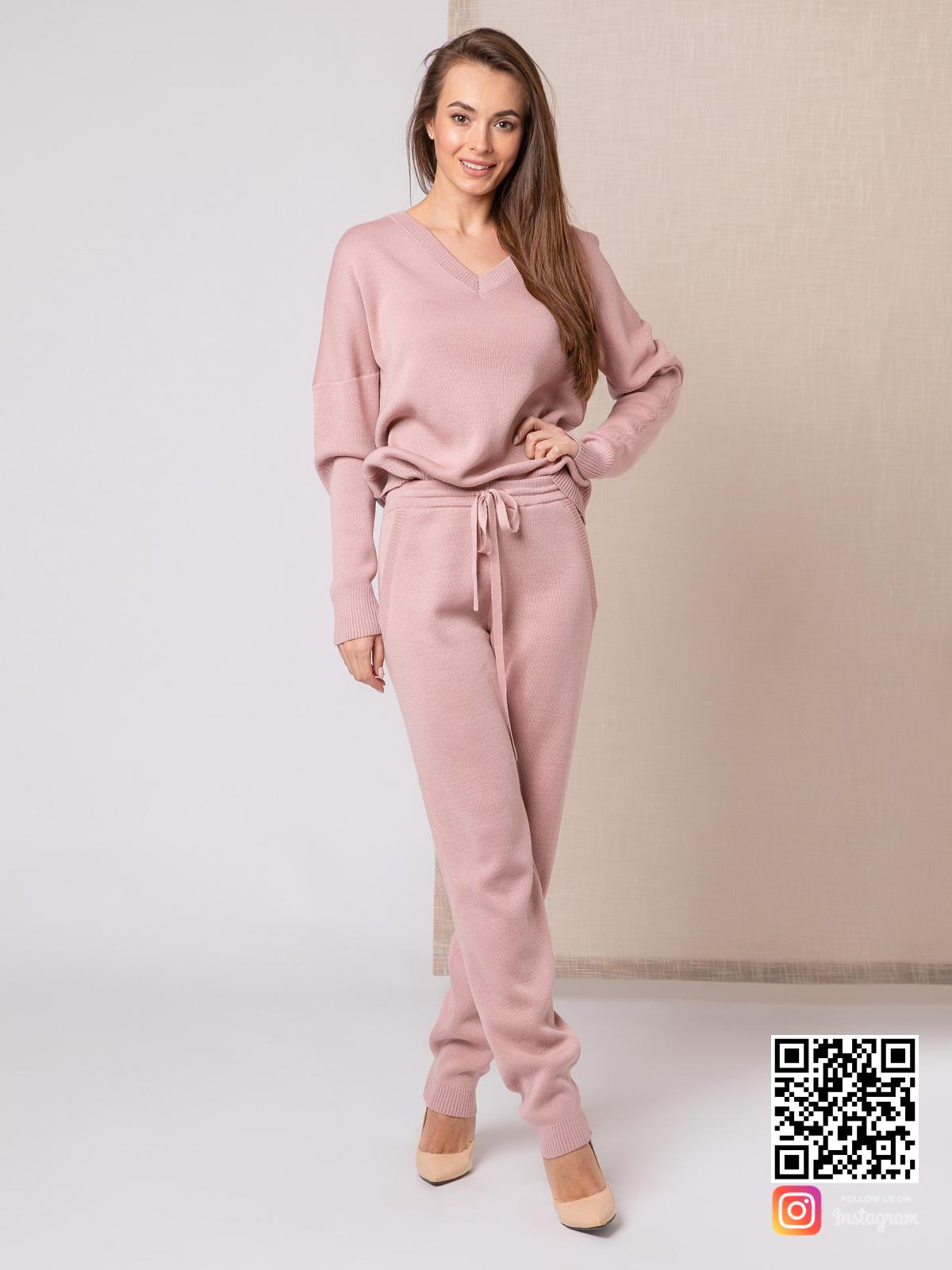 На шестой фотографии стильный пудровый костюм для модниц на каждый день от Shapar, бренда вязаной одежды ручной работы в интернет-магазине связанных спицами вещей.