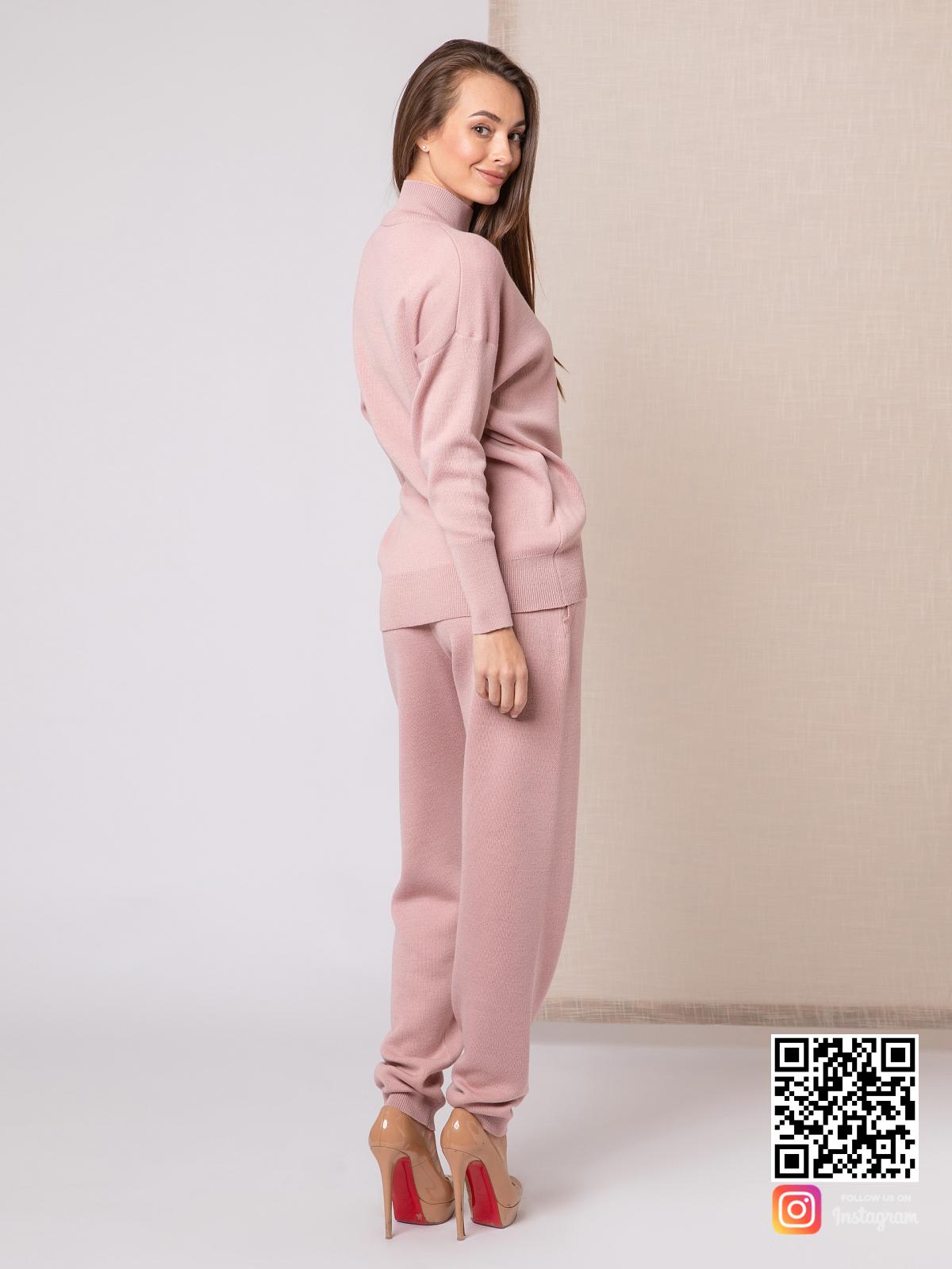 На третьей фотографии женский пудровый спортивный костюм со спины от Shapar, бренда вязаной одежды ручной работы в интернет-магазине связанных спицами вещей.