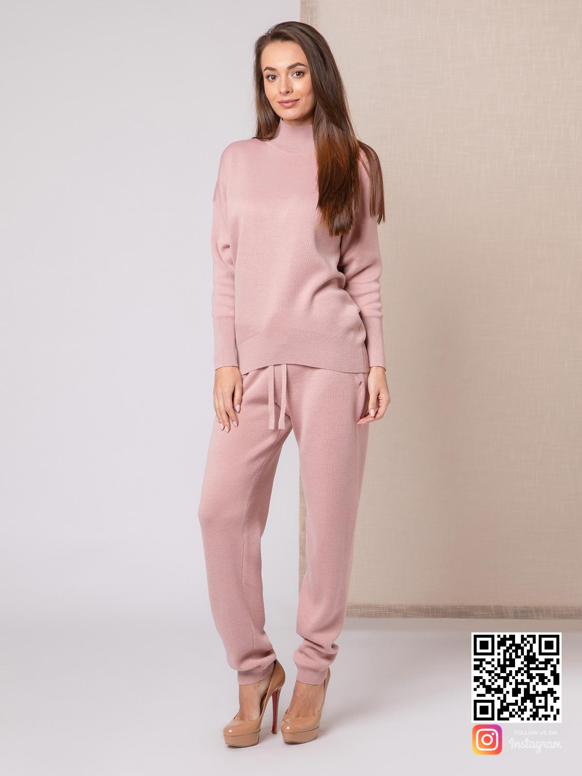 На четвертой фотографии модный пудровый спортивный костюм для девушек от Shapar, бренда вязаной одежды ручной работы в интернет-магазине связанных спицами вещей.