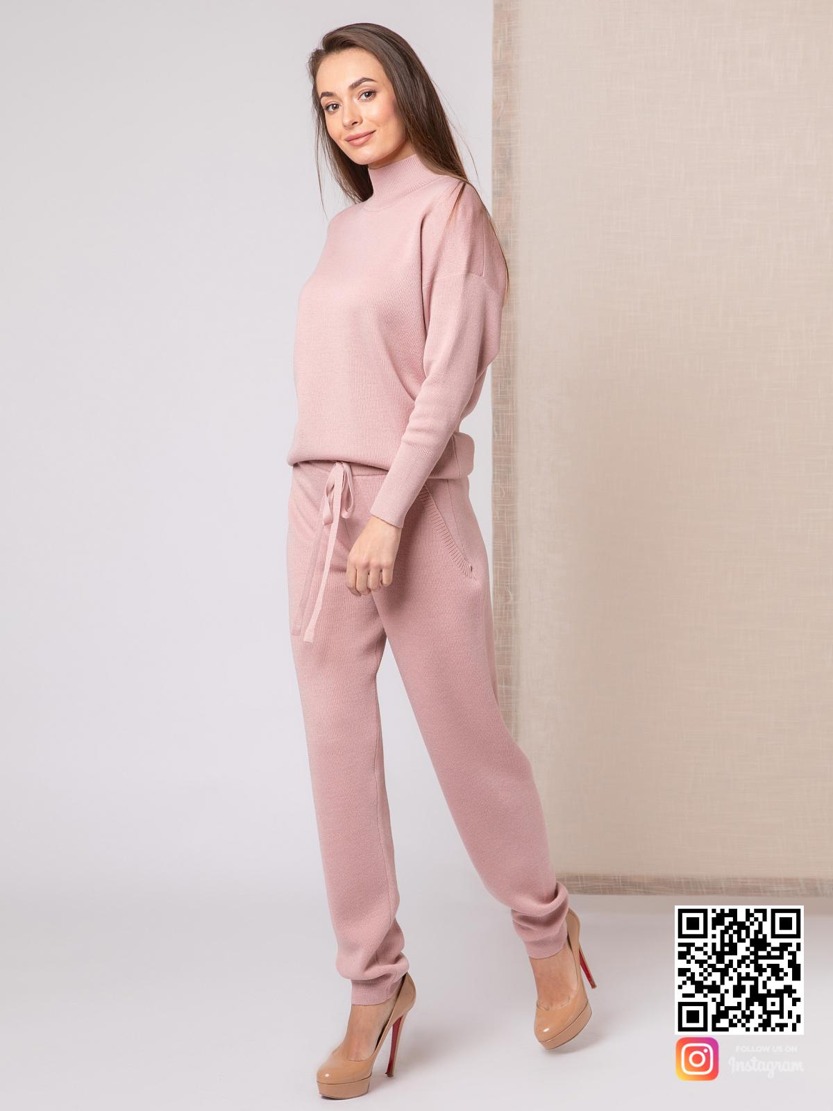 На пятой фотографии женский пудровый спортивный костюм с завязками на брюках от Shapar, бренда вязаной одежды ручной работы в интернет-магазине связанных спицами вещей.