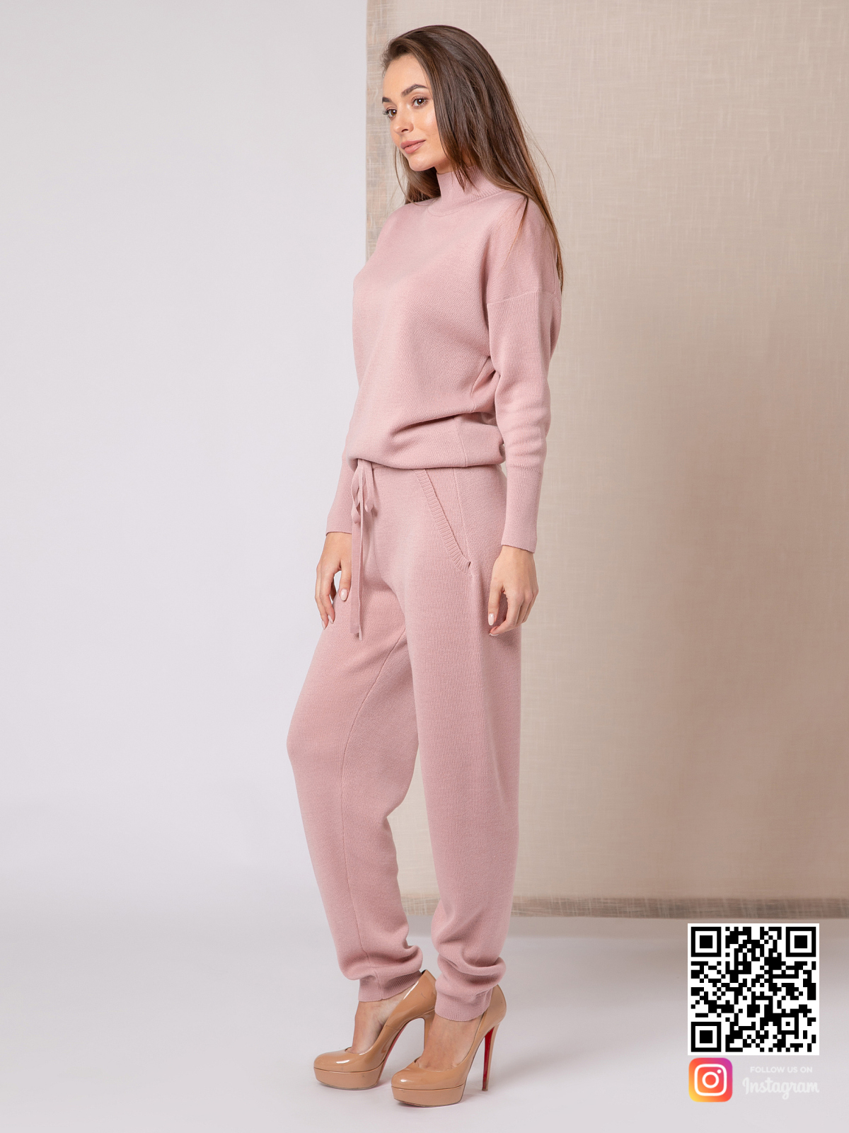 На второй фотографии женский пудровый спортивный костюм с воротником стойкой от Shapar, бренда вязаной одежды ручной работы в интернет-магазине связанных спицами вещей.