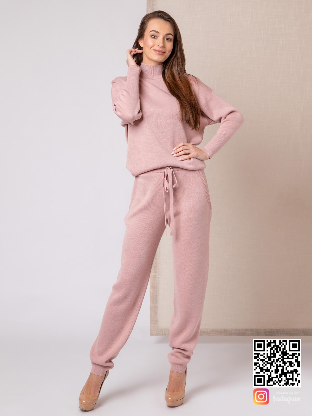 На шестой фотографии стильный пудровый спортивный костюм на каждый день от Shapar, бренда вязаной одежды ручной работы в интернет-магазине связанных спицами вещей.