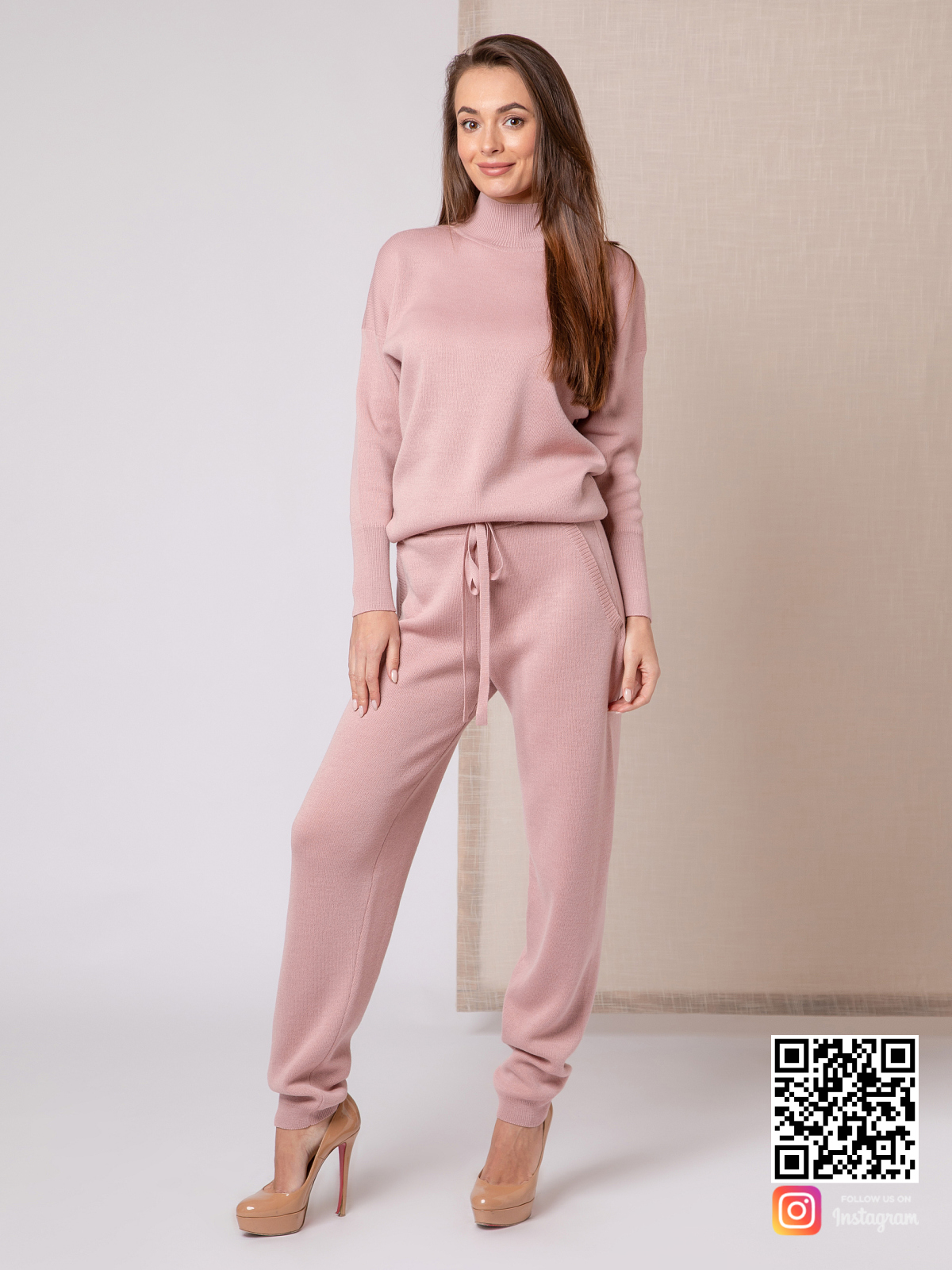 На фотографии женский пудровый спортивный костюм от Shapar, бренда вязаной одежды ручной работы в интернет-магазине связанных спицами вещей.