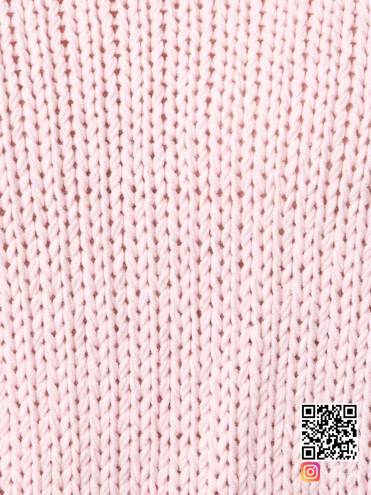 На шестой фотографии женский пудровый свитер крупным планом от Shapar, бренда вязаной одежды ручной работы в интернет-магазине связанных спицами вещей.