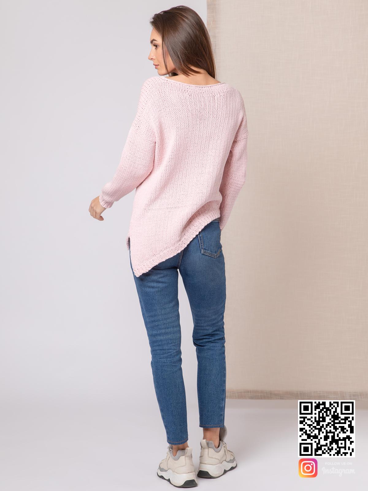 На пятой фотографии женский пудровый свитер с асимметричным низом от Shapar, бренда вязаной одежды ручной работы в интернет-магазине связанных спицами вещей.