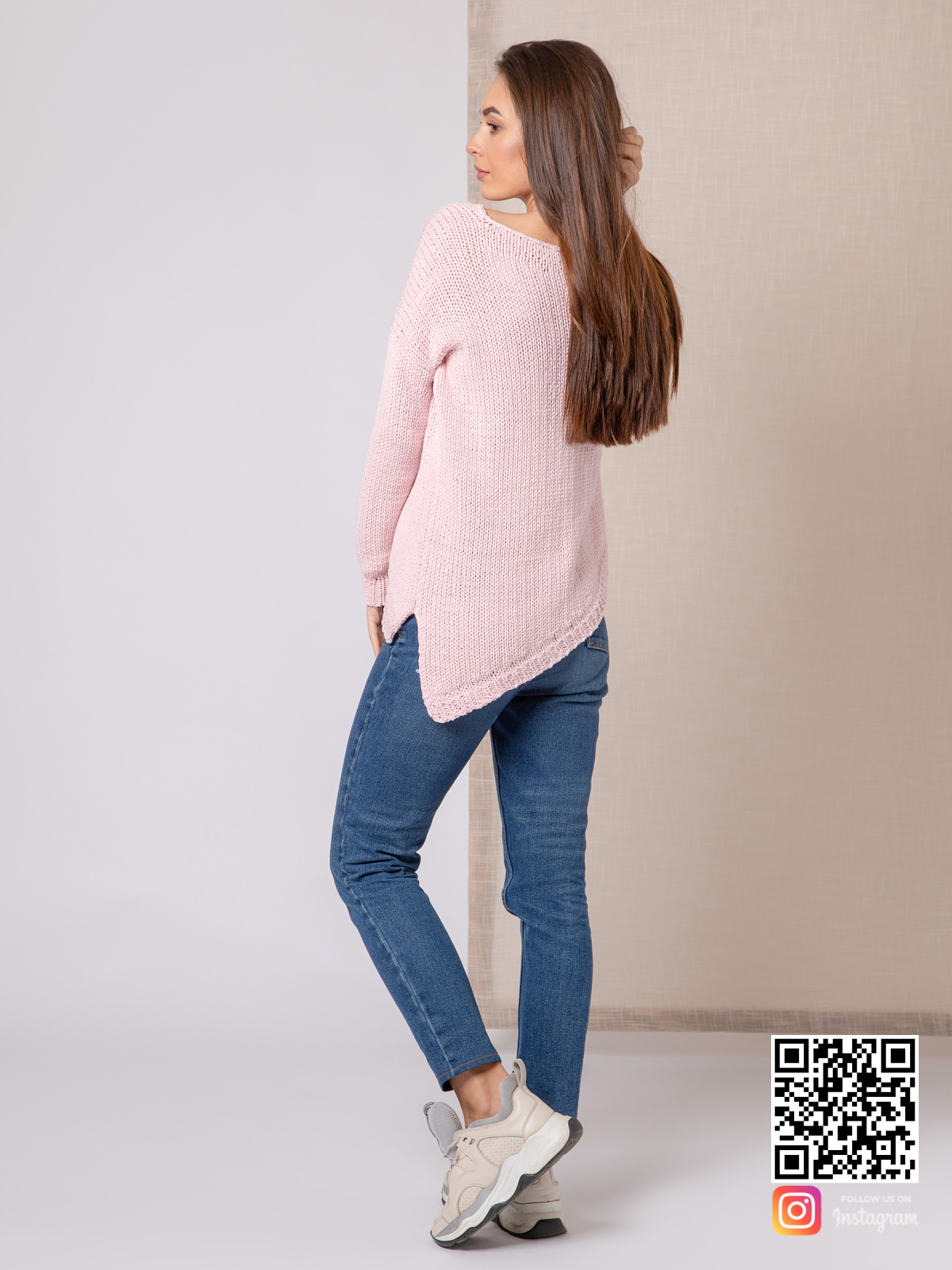 На второй фотографии женский пудровый свитер со спины из хлопка от Shapar, бренда вязаной одежды ручной работы в интернет-магазине связанных спицами вещей.