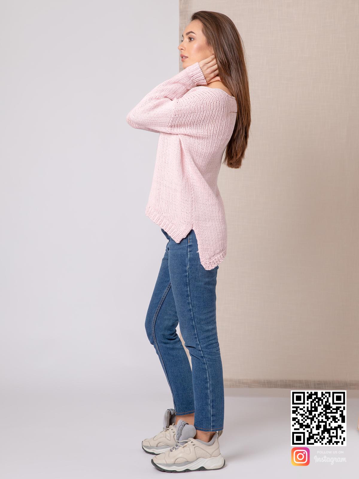 На четвертой фотографии женский пудровый свитер на лето от Shapar, бренда вязаной одежды ручной работы в интернет-магазине связанных спицами вещей.