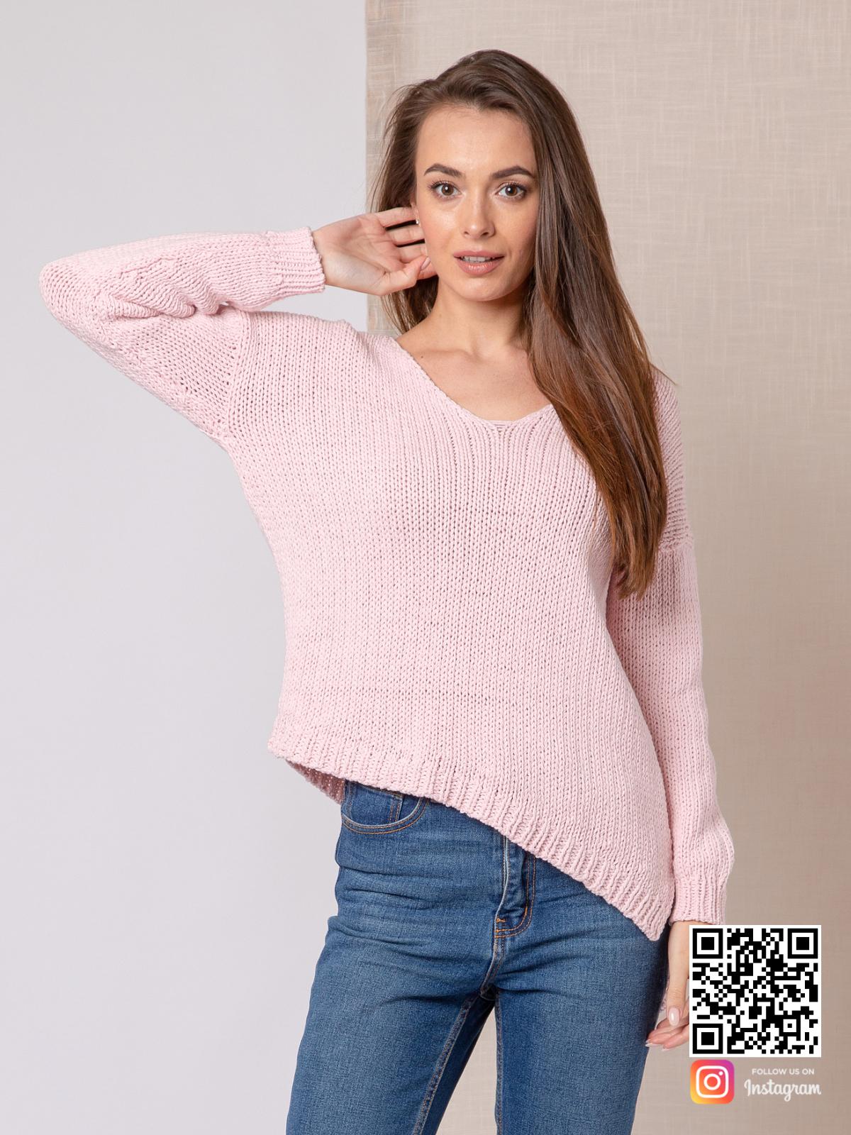На третьей фотографии женский пудровый свитер с V-вырезом от Shapar, бренда вязаной одежды ручной работы в интернет-магазине связанных спицами вещей.